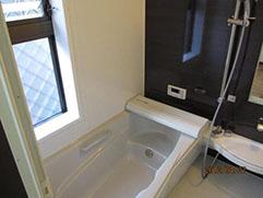 内部は床も段差がなくなり、浴槽も 腰が掛けられます。